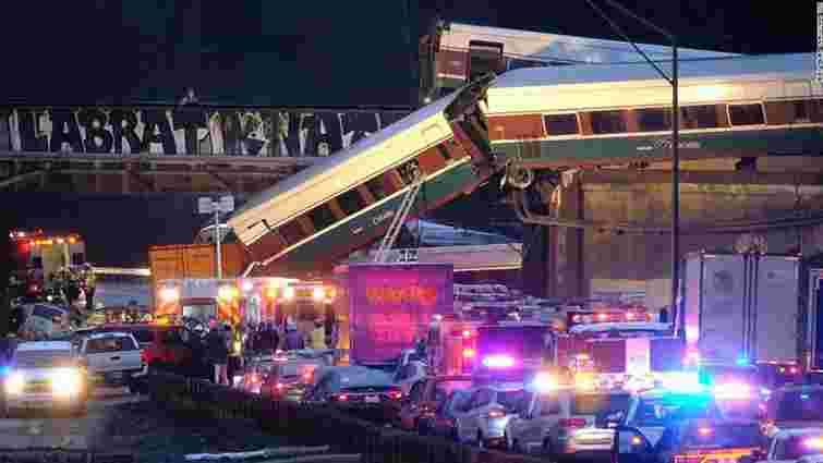 У США потяг на повному ходу впав з мосту на автомагістраль