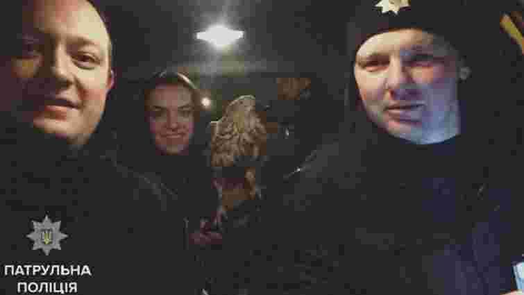 У Львові патрульні спільно з рятувальниками допомогли яструбу, що заплутався на дереві