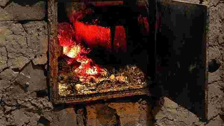 На Львівщині з охопленого вогнем будинку витягнули пенсіонерку, яка не могла сама пересуватись