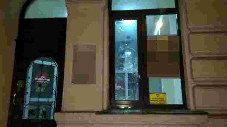 Патрульні затримали вандалів, які розмалювали фасад відділення «Укрсоцбанку»  у Львові