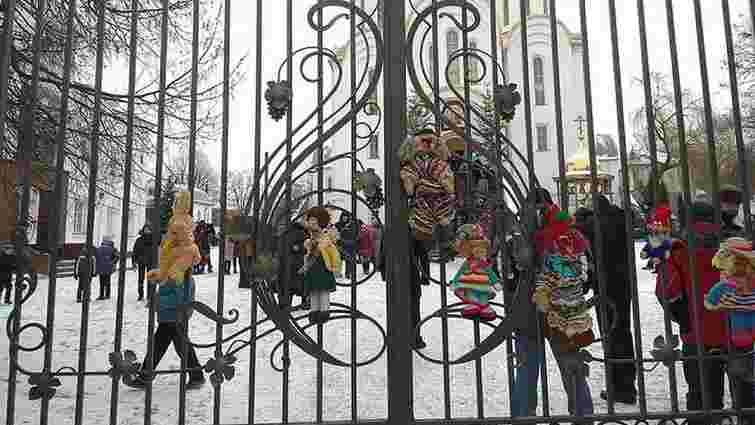 У Тернополі до храму УПЦ (МП) принесли «закривавлені» іграшки