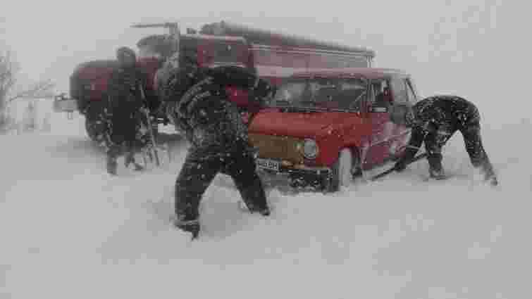 Рятувальники ДСНС звільнили із снігових заметів 505 автівок у семи областях України