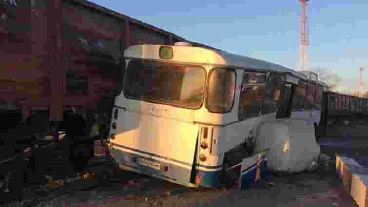 У Чорноморську товарний потяг зіткнувся з пасажирським автобусом