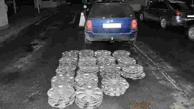 Українець намагався вивезти з Польщі 64 автомобільних ковпаки, які раніше викрав в Ярославі
