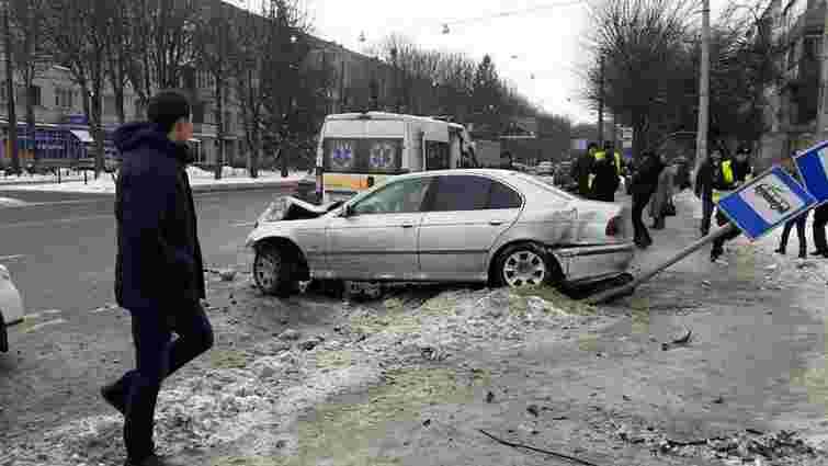 На вул. Городоцькій у Львові водій зніс знак зупинки громадського транспорту