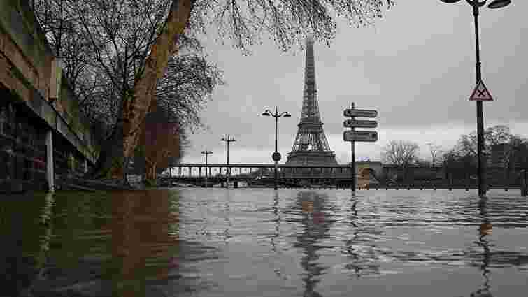 Париж потерпає від потужної повені: Сена затопила прибережні вулиці міста