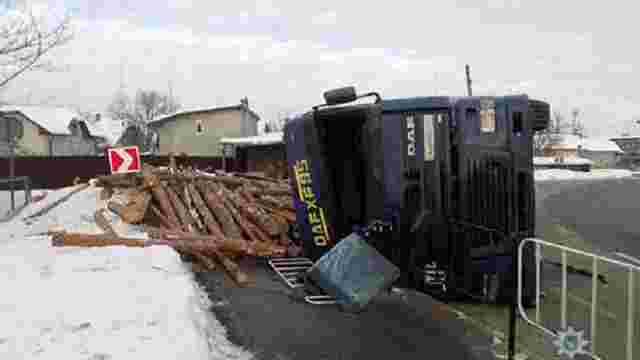 У Стрию перекинулася вантажівка з колодами, водія госпіталізували