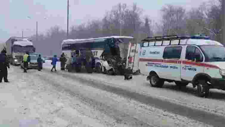 В аварії автобуса і снігоприбиральної машини під Москвою загинув українець