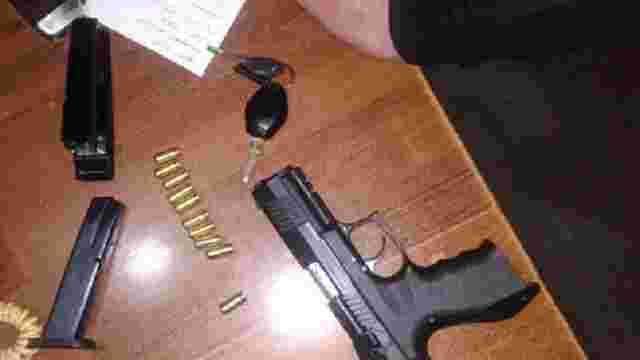 На Львівщині поліція затримала відвідувача нічного клубу з пістолетом, шаблею та сокирою