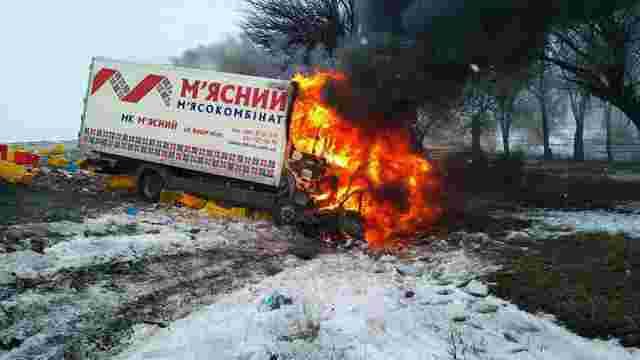 На Дніпропетровщині вантажівка влетіла у ВАЗ і загорілася, три людини загинули