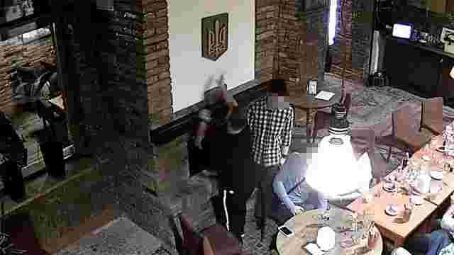 19-річний громадянин Польщі публічно спалив Герб України у Тернополі
