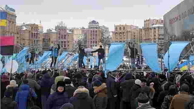 У центрі Києва учасники акції «Руху нових сил» розібрали конструкції з інсталяціями про Крим