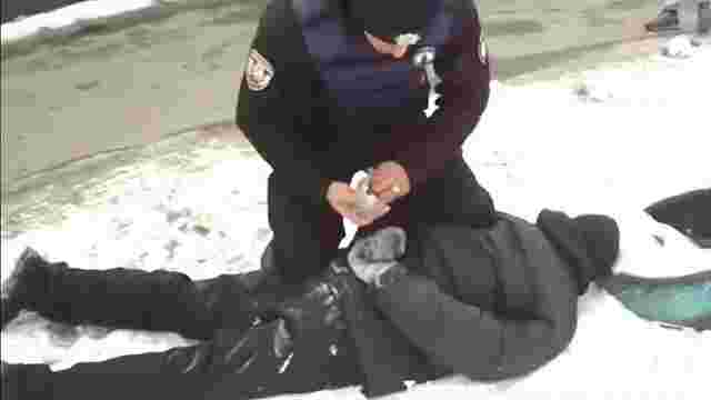 У Києві чоловік бив жінку молотком по голові, щоб вкрасти сумку