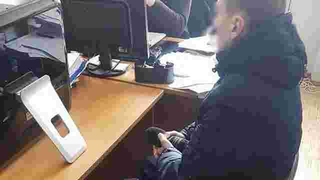 Кіберполіція затримала чоловіка, який розмістив еротику на сайті Міносвіти
