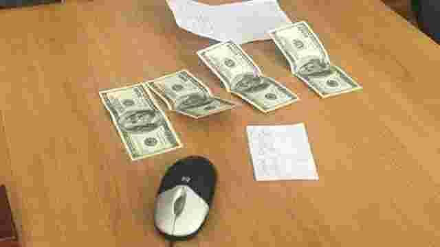 На Львівщині затримали керівника районної податкової на хабарі у $400