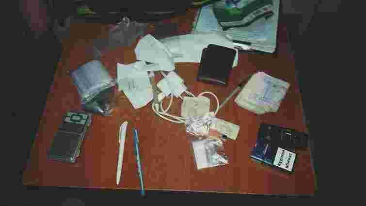 На автовокзалі у Львові патрульні затримали чоловіка зі схожими на наркотики речовинами