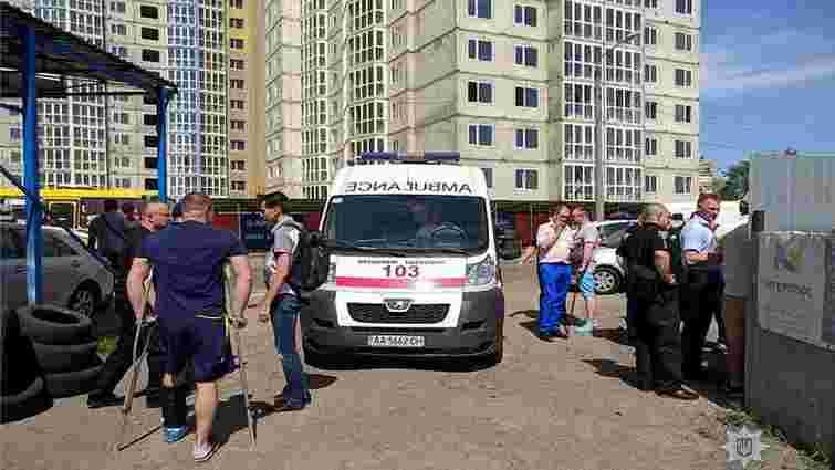 У стрілянині на автостоянці в Києві поранено працівника СБУ