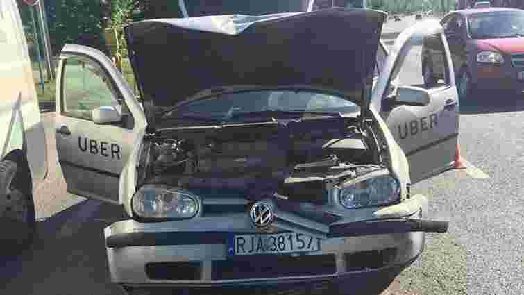 На вул. Липинського авто Uber в'їхало в маршрутку, постраждала пасажирка таксі