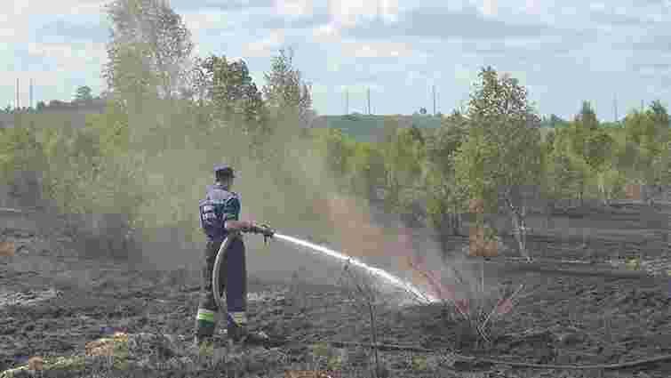 Рятувальники продовжують гасити пожежу на торфовищі у селі Бірки