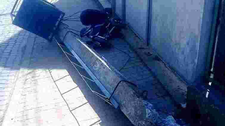 Бетонний стовп  впав на візочок із дворічною дитиною у Хусті