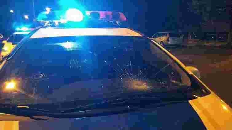 Вночі 23-річний львів'янин кинувся на поліцейський автомобіль