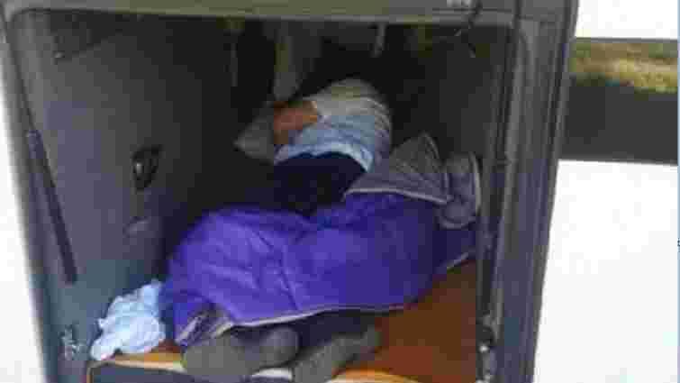 На Закарпатті прикордонники виявили в туристичному автобусі водія без документів