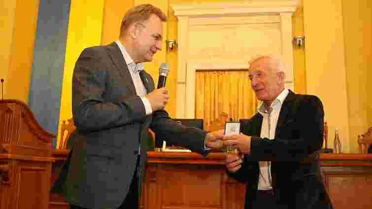 Мер Львова нагородив водія автобуса 3А, який врятував пасажирку