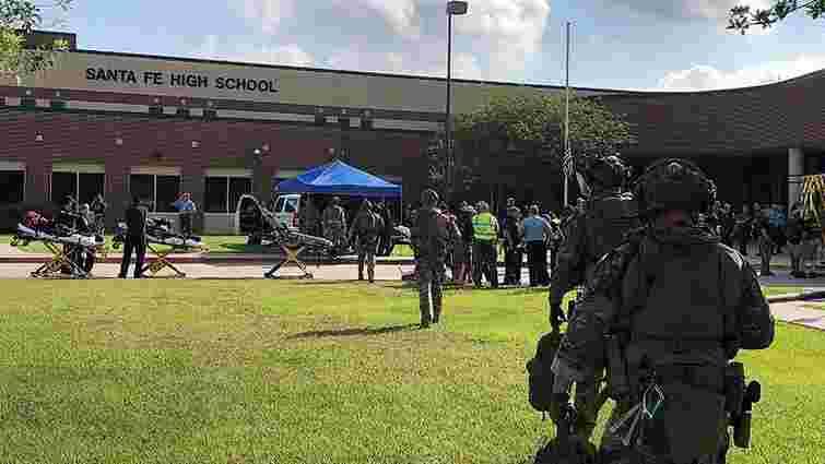 У Техасі невідомий відкрив стрілянину в середній школі: загинули 10 осіб