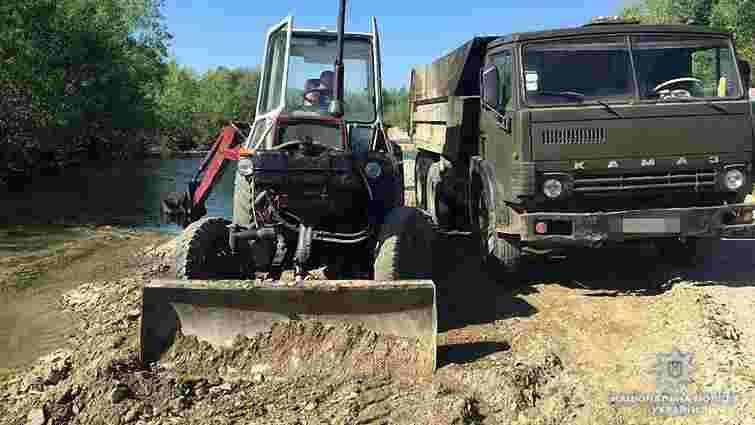 Мешканця Дрогобицького району оштрафували за незаконний видобуток гравію з місцевої річки