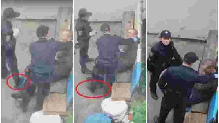 У Сумах звільнили поліцейських, які знущалися над чоловіком