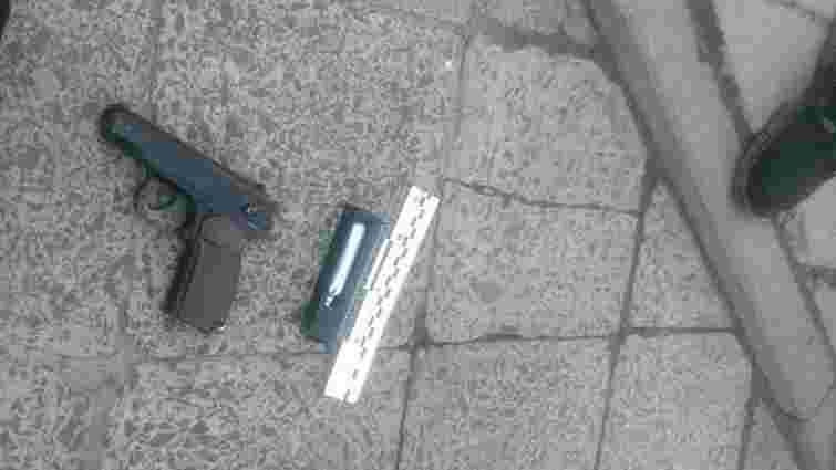 Поліція затримала трьох чоловіків, які напали на львів'янина з ножем і пістолетом