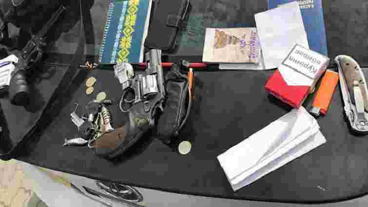 Львівські патрульні зупинили за порушення ПДР водія скутера та виявили у нього зброю