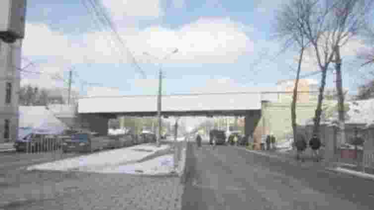 У Львові зменшать кількість реклами на залізничних мостах і переїздах