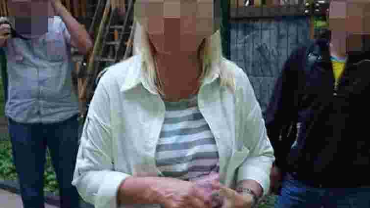 Працівницю Львівського центру для учасників бойових дій затримали на хабарі у ₴18 тис.