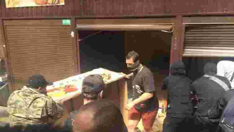 У Києві група людей потрощила кіоски на ринку, де іноземець побив пенсіонера