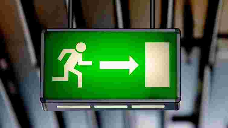 В українських школах встановлять спеціальні двері для евакуації