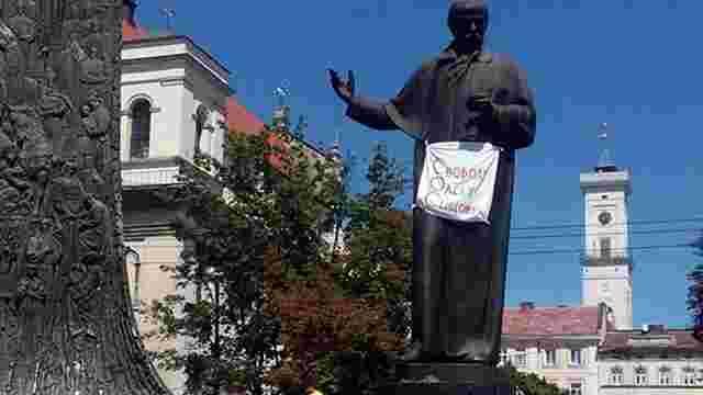 На львівських пам'ятниках з'являються написи з вимогою звільнити Олега Сенцова