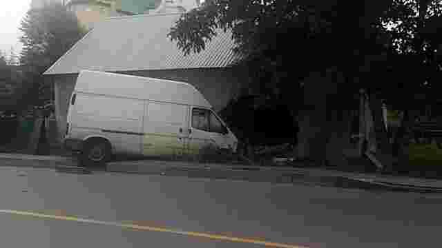 У Великому Любіні 22-річний водій мікроавтобуса в'їхав у стіну будинку