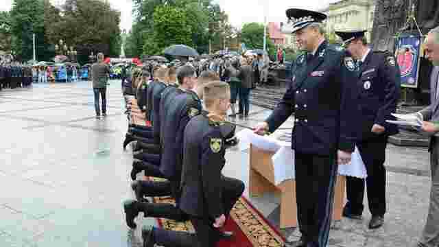 У центрі Львова випускників університету внутрішніх справ урочисто посвятили у правоохоронці