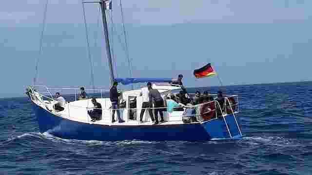 В Середземномор'ї затримали трьох українців, які перевозили на яхті нелегалів