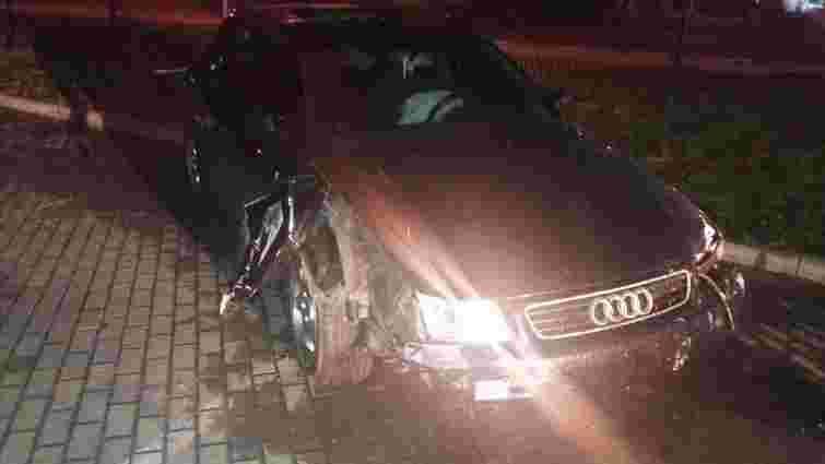У Львові п'яний водій зніс парапети і покинув автомобіль на місці ДТП