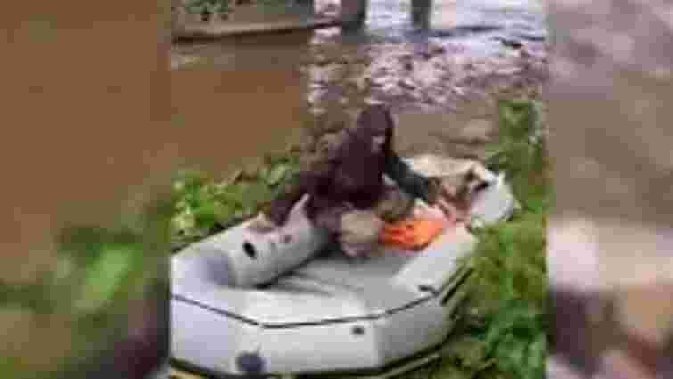 На Сколівщині рятувальники доправили на берег рибалку, який застряг під мостом