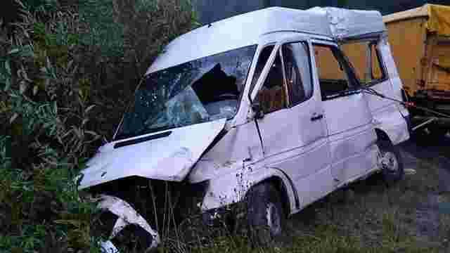 На Львівщині водій мікроавтобуса загинув після зіткнення з вантажівкою