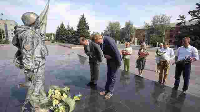 Садовий та львівська делегація вшанували захисників України у Нікополі