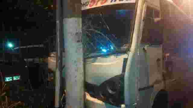 В Одесі маршрутка в'їхала в стовп, постраждали шестеро дорослих і троє дітей