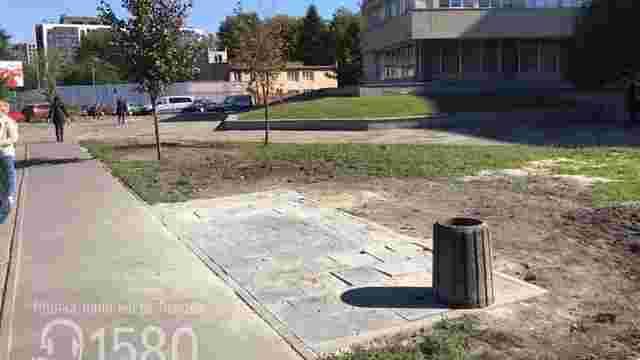 Львів'янин поскаржився на зупинку в траві. Спочатку її замостили, а потім взагалі демонтували