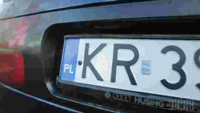Українці масово знімають з реєстрації свої автомобілі у Перемишлі