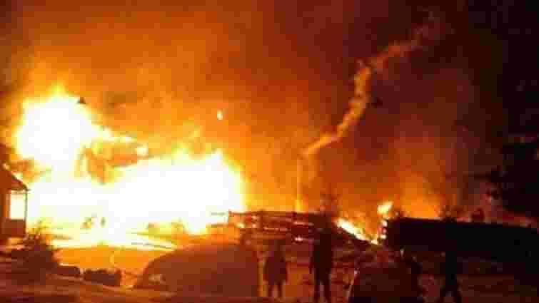 У Карпатах вщент згорів дерев'яний готель, на попелищі знайшли тіло людини