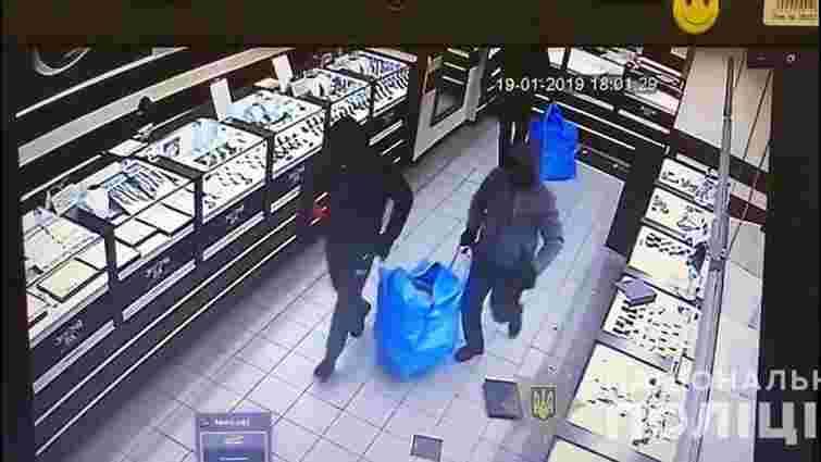 У Кривому Розі грабіжники винесли з ювелірного магазину 1,5 кг прикрас