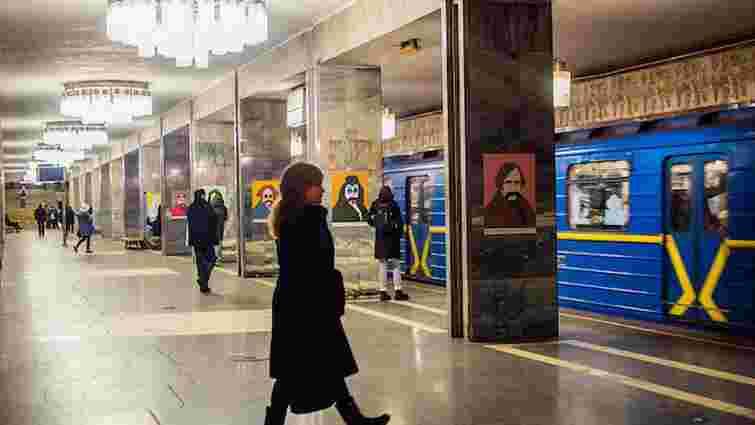 У київському метро Тараса Шевченка показали в образах Бетмена та Че Гевари